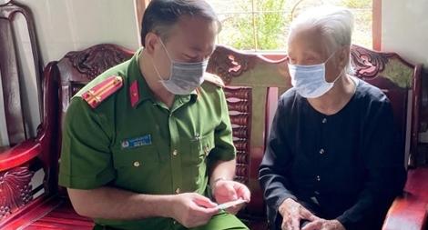 Đến tận nhà trao thẻ CCCD cho Mẹ Việt Nam Anh hùng