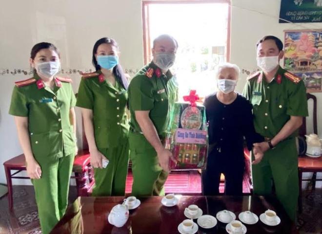 Đến tận nhà trao thẻ CCCD cho Mẹ Việt Nam Anh hùng - Ảnh minh hoạ 2