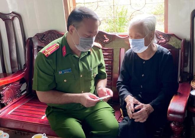 Đến tận nhà trao thẻ CCCD cho Mẹ Việt Nam Anh hùng - Ảnh minh hoạ 3