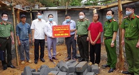 Trao quà của Bộ trưởng Bộ Công an cho trẻ em mồ côi tại Hà Giang