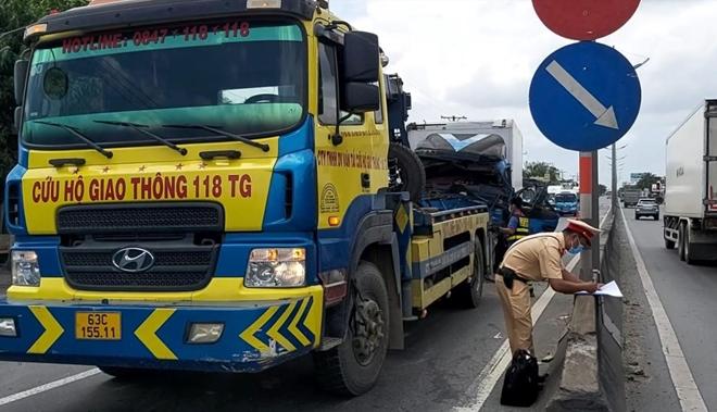 CSGT dùng xe đặc chủng đưa tài xế đi cấp cứu sau tai nạn - Ảnh minh hoạ 2