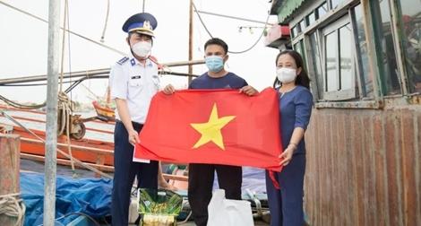 Cảnh sát biển thăm, tặng quà ngư dân có hoàn cảnh khó khăn