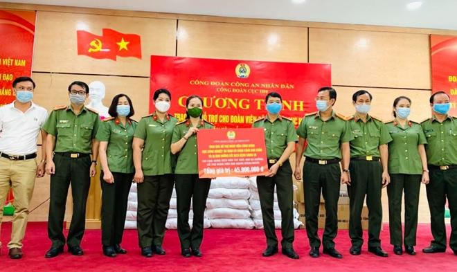 Công đoàn CAND trao quà hỗ trợ người lao động