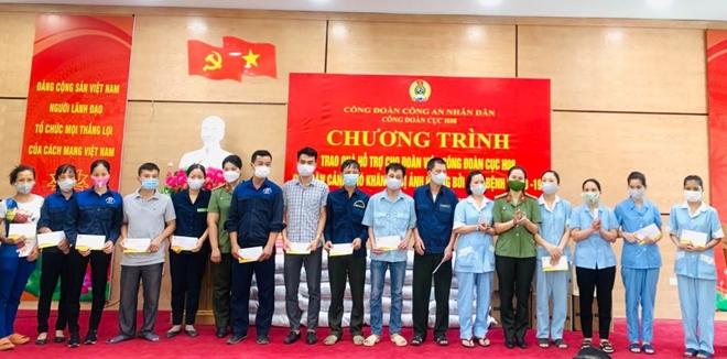 Công đoàn CAND trao quà hỗ trợ người lao động - Ảnh minh hoạ 2