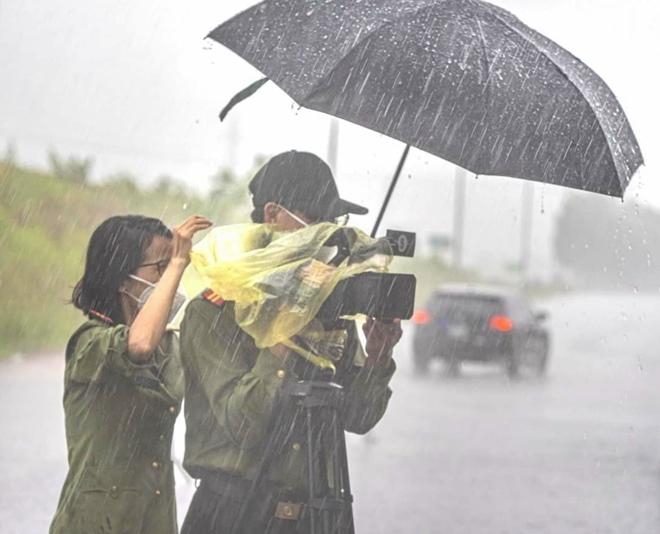 Công an Bắc Giang đội mưa bám chốt, làm nhiệm vụ