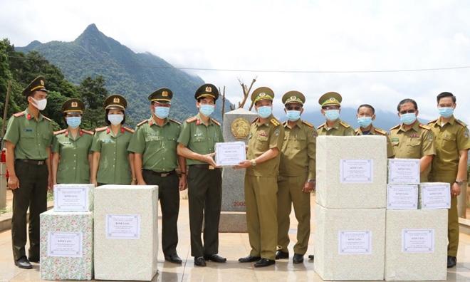 Công an tỉnh Quảng Bình tặng thiết bị y tế cho An ninh tỉnh Khăm Muộn (Lào)