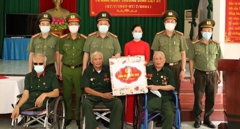 Công an tỉnh Hà Nam thăm, tặng quà các Trung tâm điều dưỡng thương bệnh binh