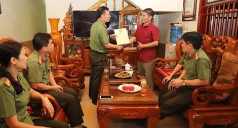 Công an tỉnh Yên Bái thăm, tặng quà nhân Kỷ niệm 75 năm ngày thành lập lực lượng ANND