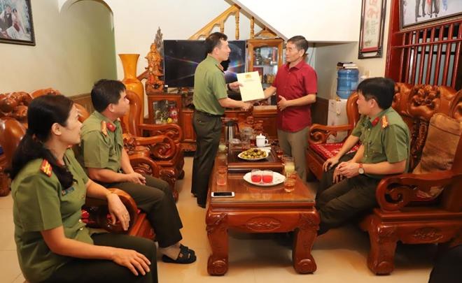 Công an tỉnh Yên Bái thăm, tặng quà nhân Kỷ niệm 75 năm ngày thành lập lực lượng ANND - Ảnh minh hoạ 2