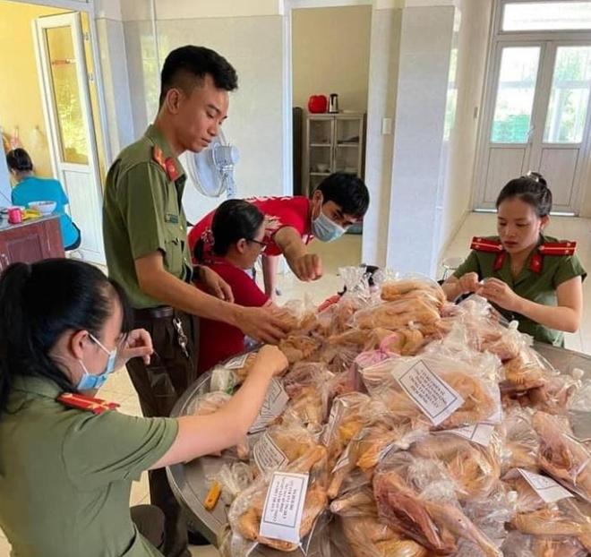 Công an Gio Linh quyên góp ủng hộ người dân TP Hồ Chí Minh