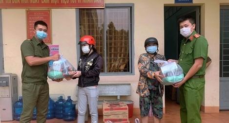 Công an xã Lộc An trao quà, khẩu trang y tế cho người dân