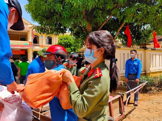 Công an Hà Tĩnh vận chuyển lương thực, thực phẩm vào miền Nam - Ảnh minh hoạ 8