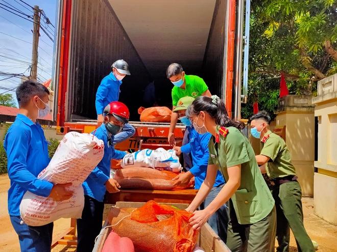 Công an Hà Tĩnh vận chuyển lương thực, thực phẩm vào miền Nam - Ảnh minh hoạ 4