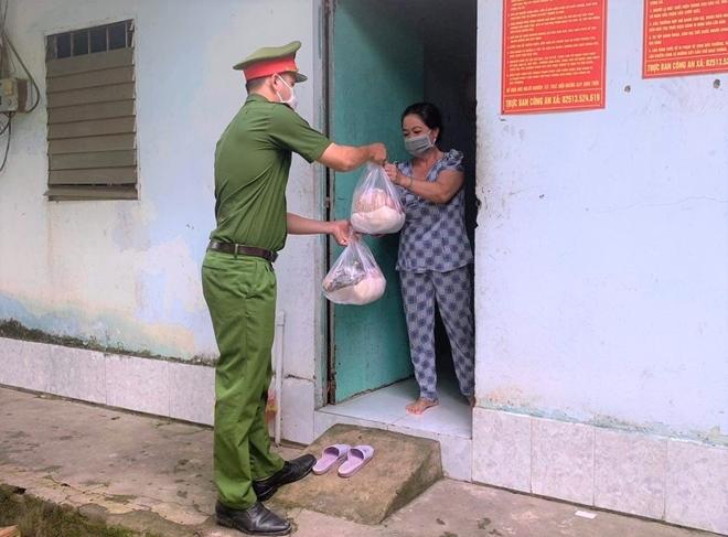 Công an xã Lộc An trao quà, khẩu trang y tế cho người dân - Ảnh minh hoạ 6