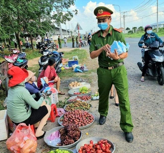 Công an xã Lộc An trao quà, khẩu trang y tế cho người dân - Ảnh minh hoạ 7