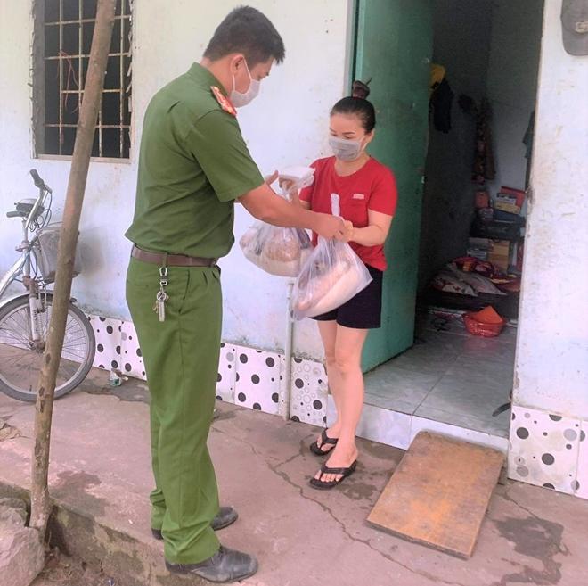 Công an xã Lộc An trao quà, khẩu trang y tế cho người dân - Ảnh minh hoạ 4