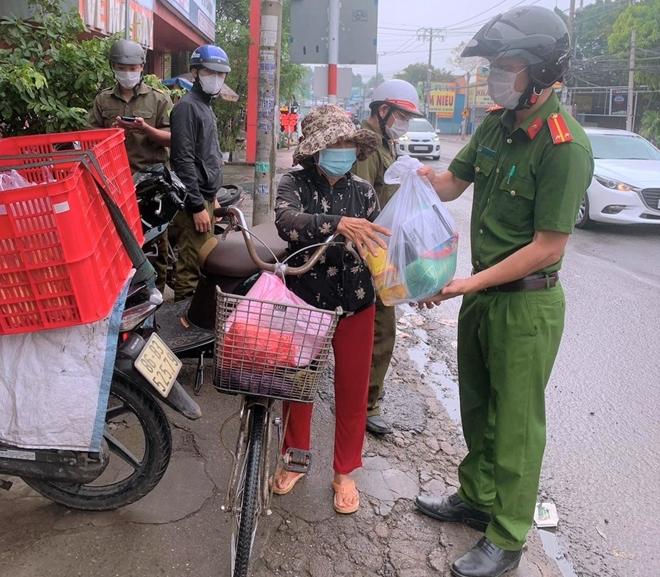 Công an xã Lộc An trao quà, khẩu trang y tế cho người dân - Ảnh minh hoạ 3
