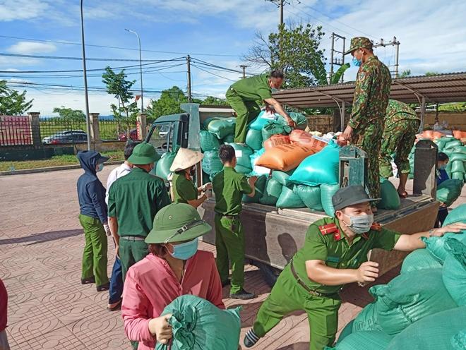Công an Hà Tĩnh vận chuyển lương thực, thực phẩm vào miền Nam - Ảnh minh hoạ 7