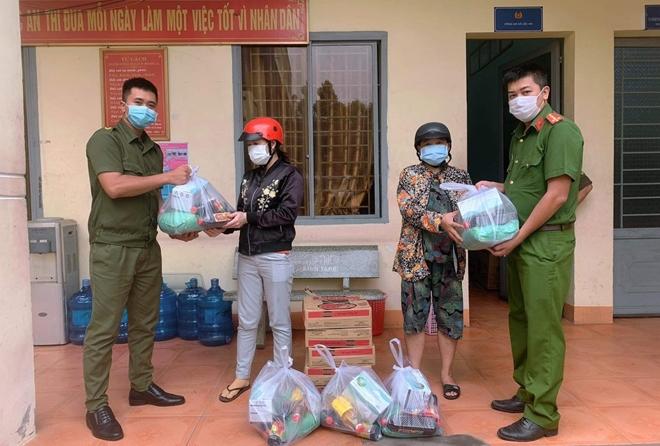 Công an xã Lộc An trao quà, khẩu trang y tế cho người dân - Ảnh minh hoạ 5