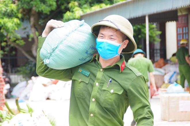 Công an Hà Tĩnh vận chuyển lương thực, thực phẩm vào miền Nam - Ảnh minh hoạ 6