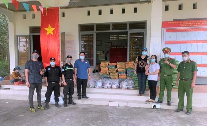 Công an xã Lộc An trao quà, khẩu trang y tế cho người dân - Ảnh minh hoạ 2