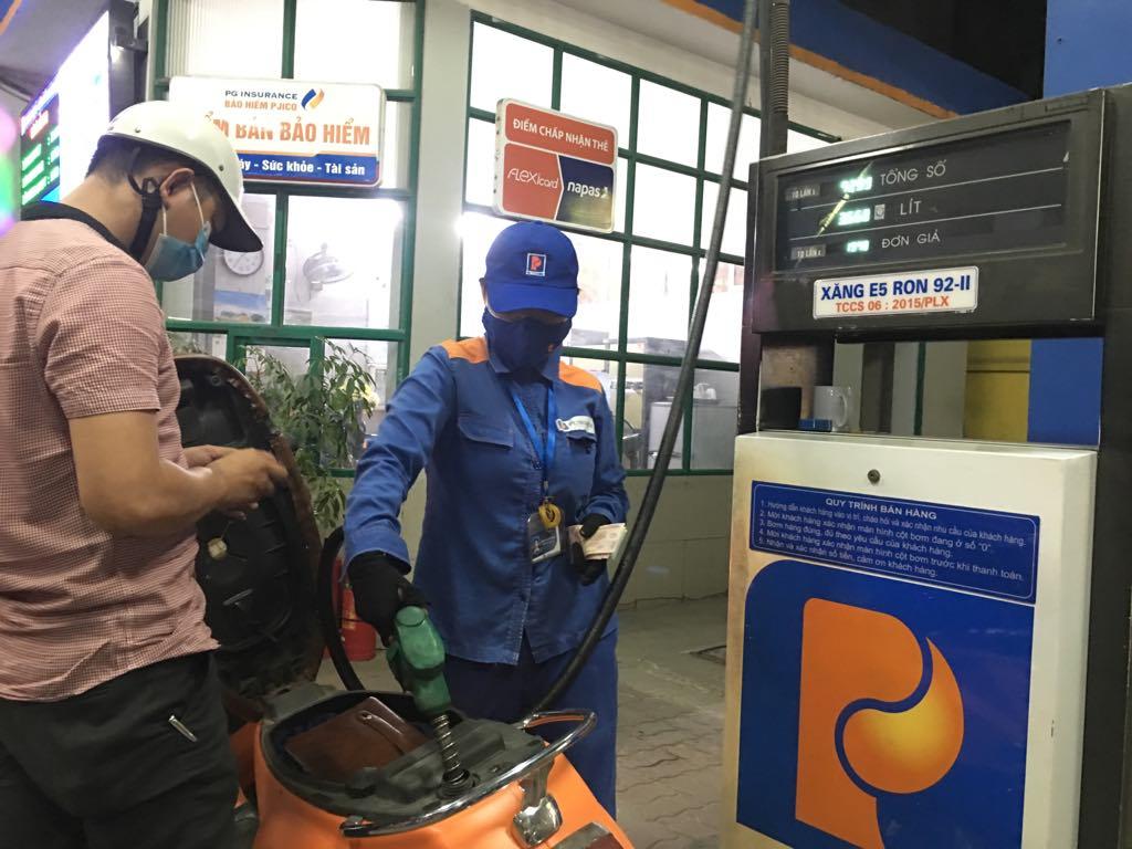 Xăng E5RON92 giảm 90 đồng/lít