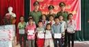 Tặng quà cho học sinh nghèo tại Quế Phong