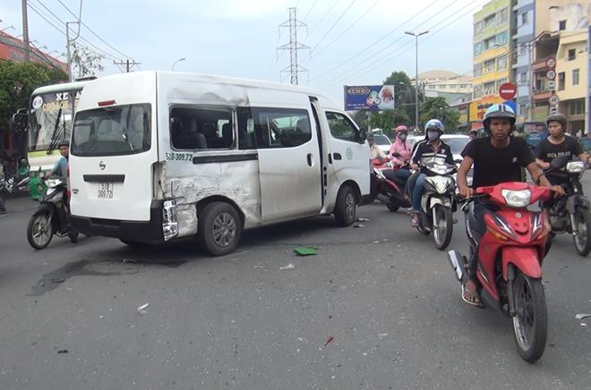 Xe 16 chỗ bị tông xoay 1 vòng trên đường
