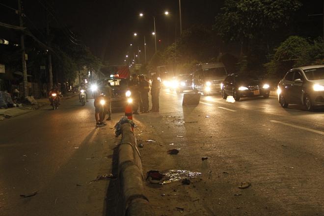 Đồ đạc của nạn nhân vương vãi trên đường