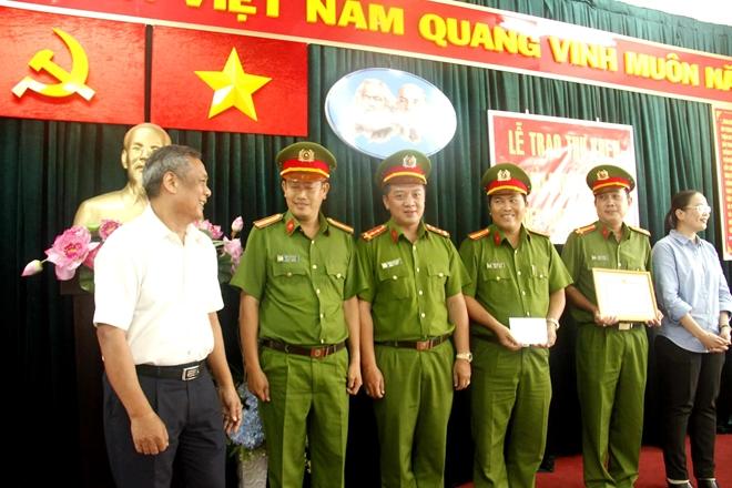 Khen thưởng Công an quận Tân Phú vì thành tích liên tục phá án nghiêm trọng