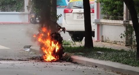 Xe máy bốc cháy trơ khung trên đường