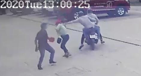Hai tên cướp dùng dao, bình xịt hơi cay chống trả người vây bắt