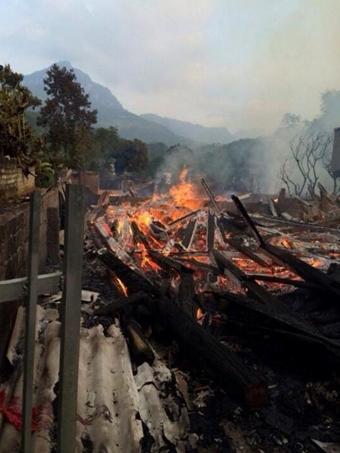 Cháy 11 ngôi nhà gỗ của người dân
