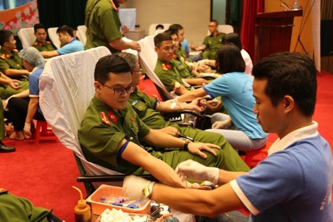"""Hiến máu tình nguyện """"Giọt máu nghĩa tình vì đồng đội thân yêu"""" - Ảnh minh hoạ 2"""