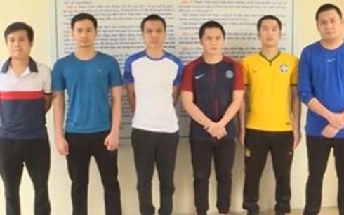 Đối tượng Lưu Văn Nam (thứ 2 từ trái sang) cùng các đối tượng trong đường dây cá độ bóng đá qua mạng