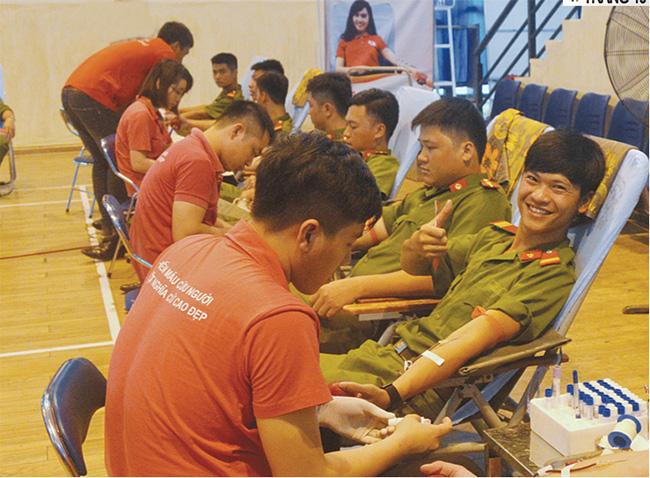 Đoàn thanh niên Công an tỉnh Tuyên Quang tham gia hiến máu tình nguyện