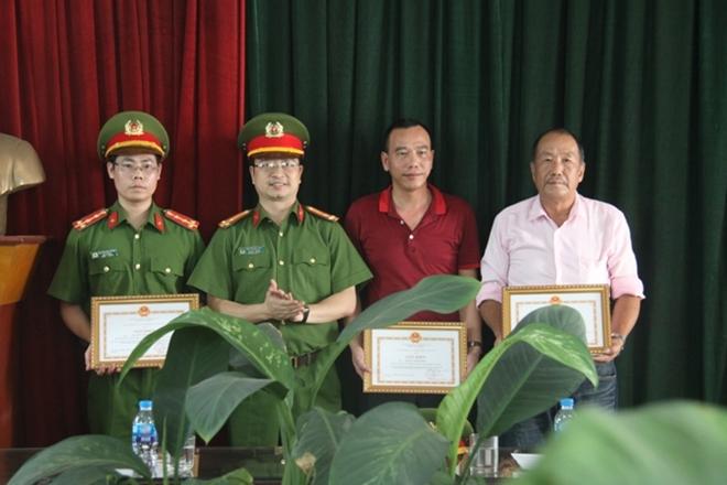 Khen thưởng 6 cán bộ chiến sĩ và 2 người dân tham gia chữa cháy, cứu người - Ảnh minh hoạ 2