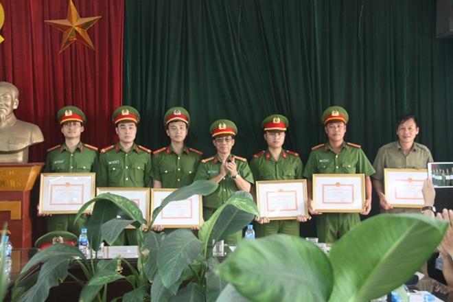 Khen thưởng 6 cán bộ chiến sĩ và 2 người dân tham gia chữa cháy, cứu người - Ảnh minh hoạ 3