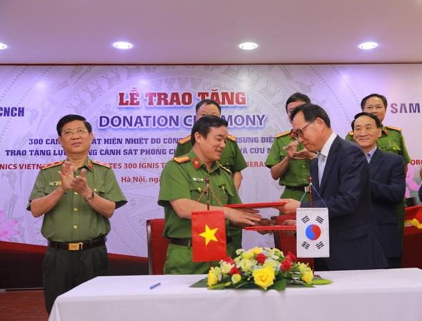 Thứ trưởng Nguyễn Văn Sơn và ông Choi Joo Ho chứng kiến ký kết Biên bản trao tặng