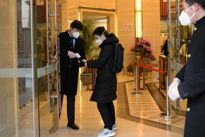 Dịch viêm đường hô hấp do chủng mới virus Corona gây ra khiến người dân Trung Quốc chi tiêu ít hơn, gây ảnh hưởng đến thị trường. Ảnh minh họa Reuters.