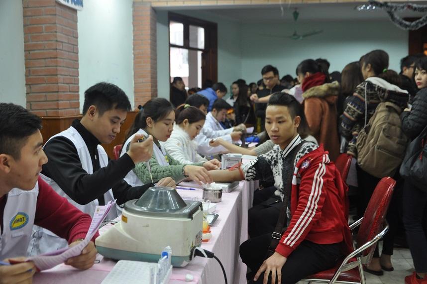 Không quản ngại mưa rét, sinh viên các trường nghệ thuật hiến máu cứu người