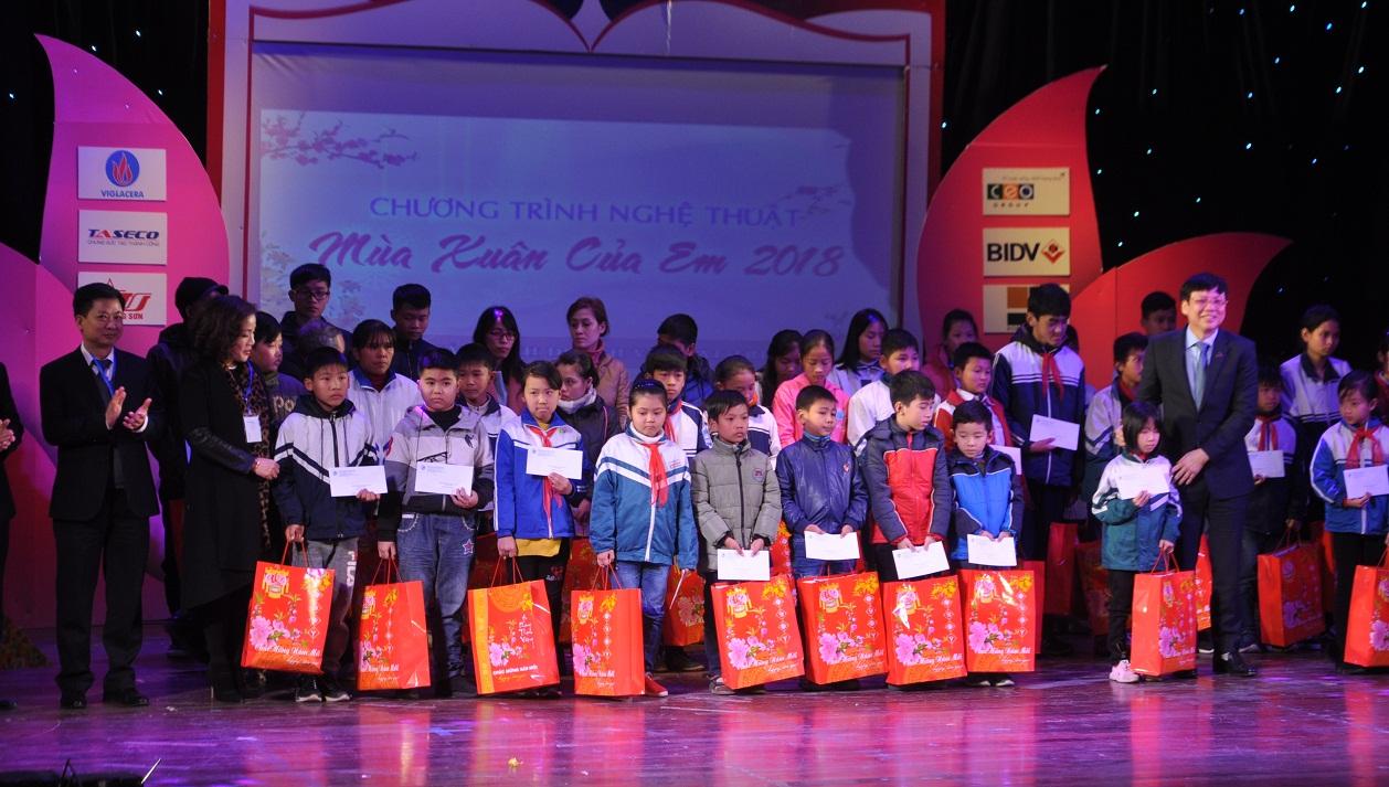 Đón Tết sớm cùng học sinh vượt khó học giỏi là nạn nhân chất độc da cam