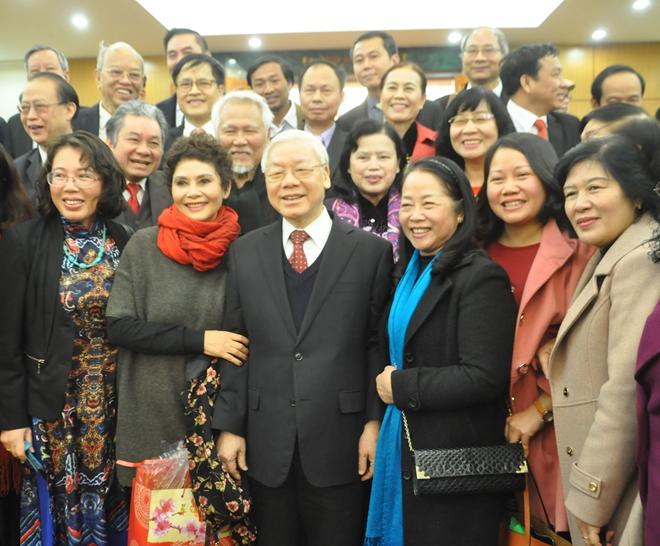 Tổng Bí thư Nguyễn Phú Trọng chụp hình lưu niệm cùng các văn nghệ sĩ