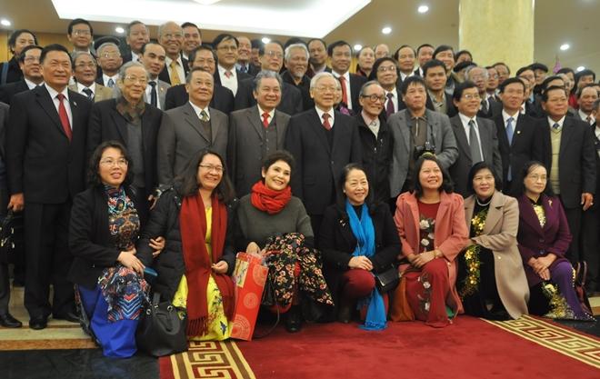 Tổng Bí thư Nguyễn Phú Trọng chụp hình lưu niệm cùng các đại biểu sau buổi gặp mặt