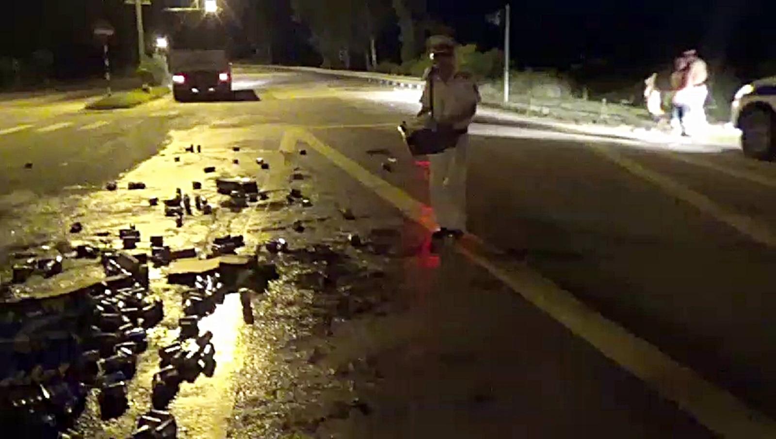 CSGT Quảng Nam giúp lái xe thu dọn bia rơi trên đường