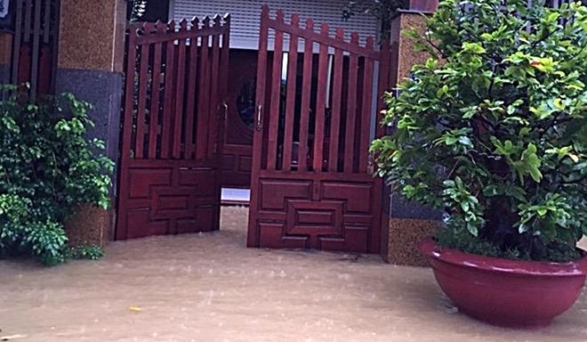 Lũ uy hiếp Quảng Nam trong khi thủy điện tiếp tục xả lũ
