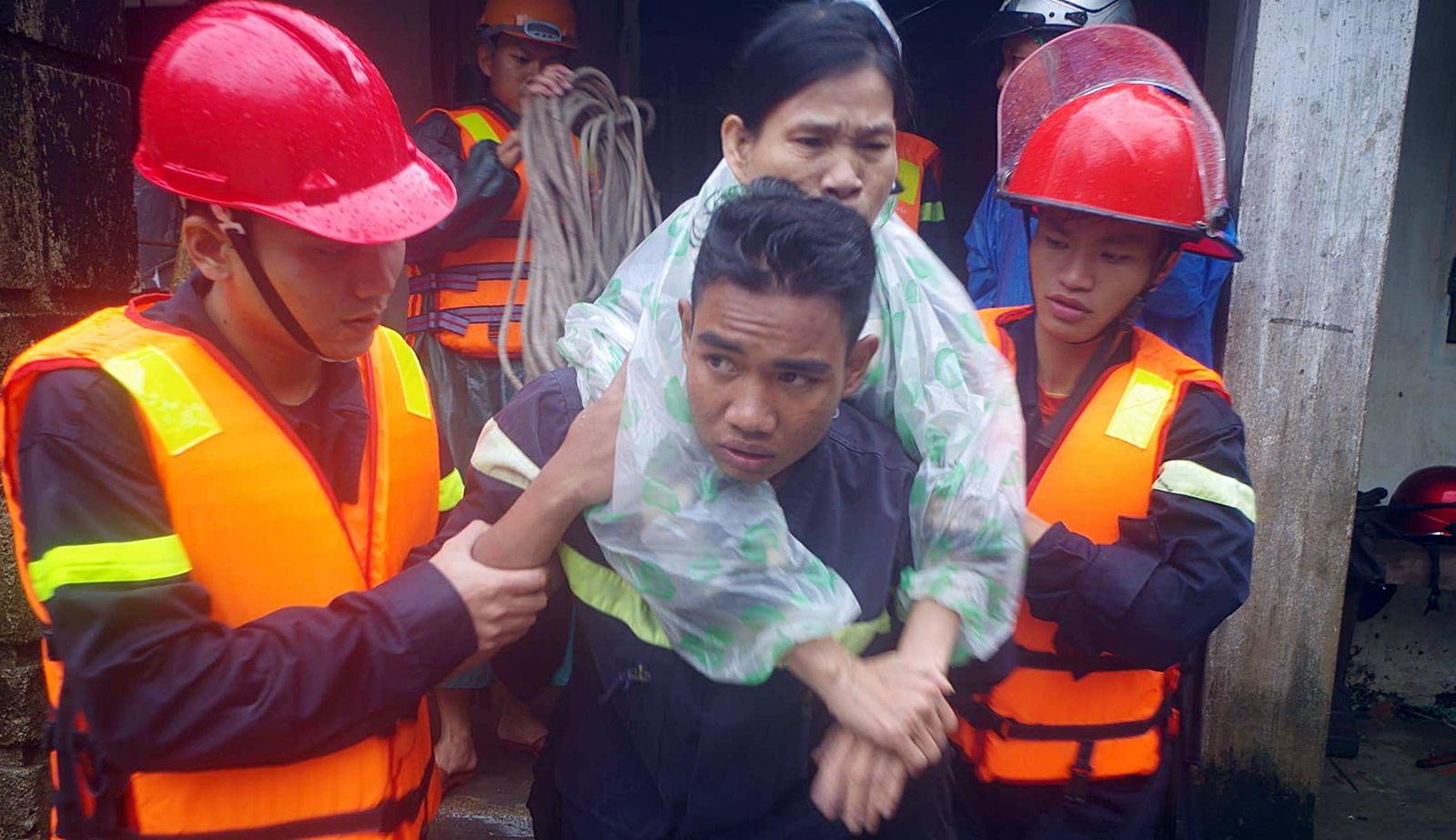 Xúc động hình ảnh lực lượng CAND dầm trong mưa lũ giúp đỡ nhân dân
