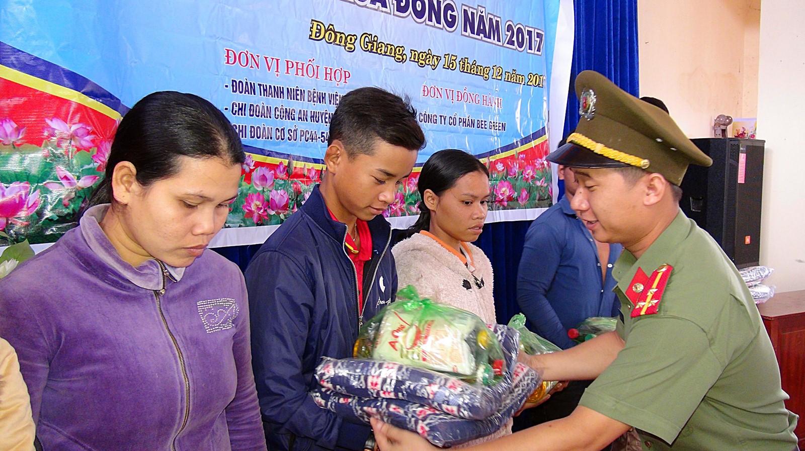 Tuổi trẻ Công an Quảng Nam đến với bà con miền núi