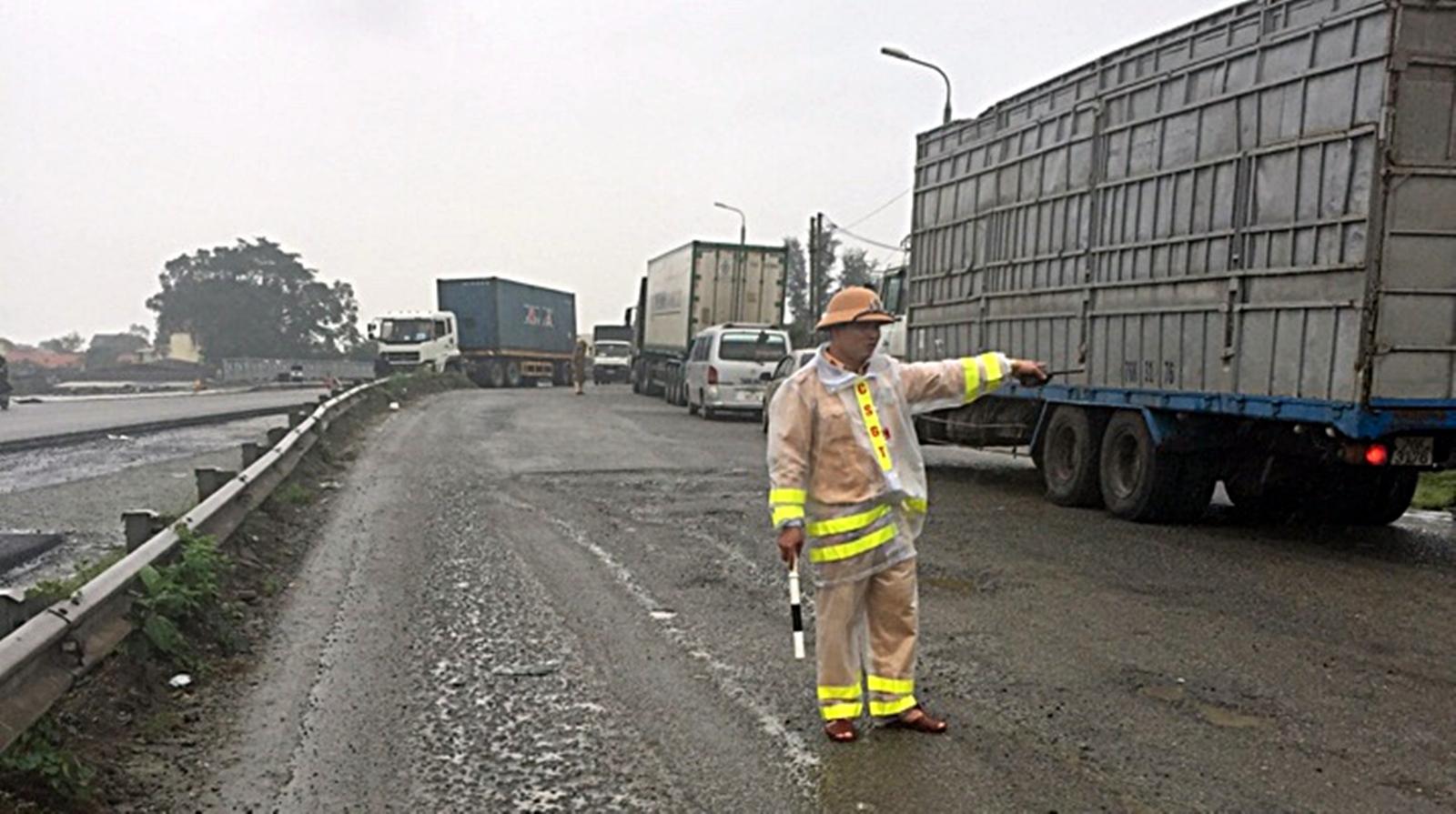 """CSGT đội mưa điều tiết giao thông tại """"điểm đen"""" ùn ứ khu vực cầu An Tân"""