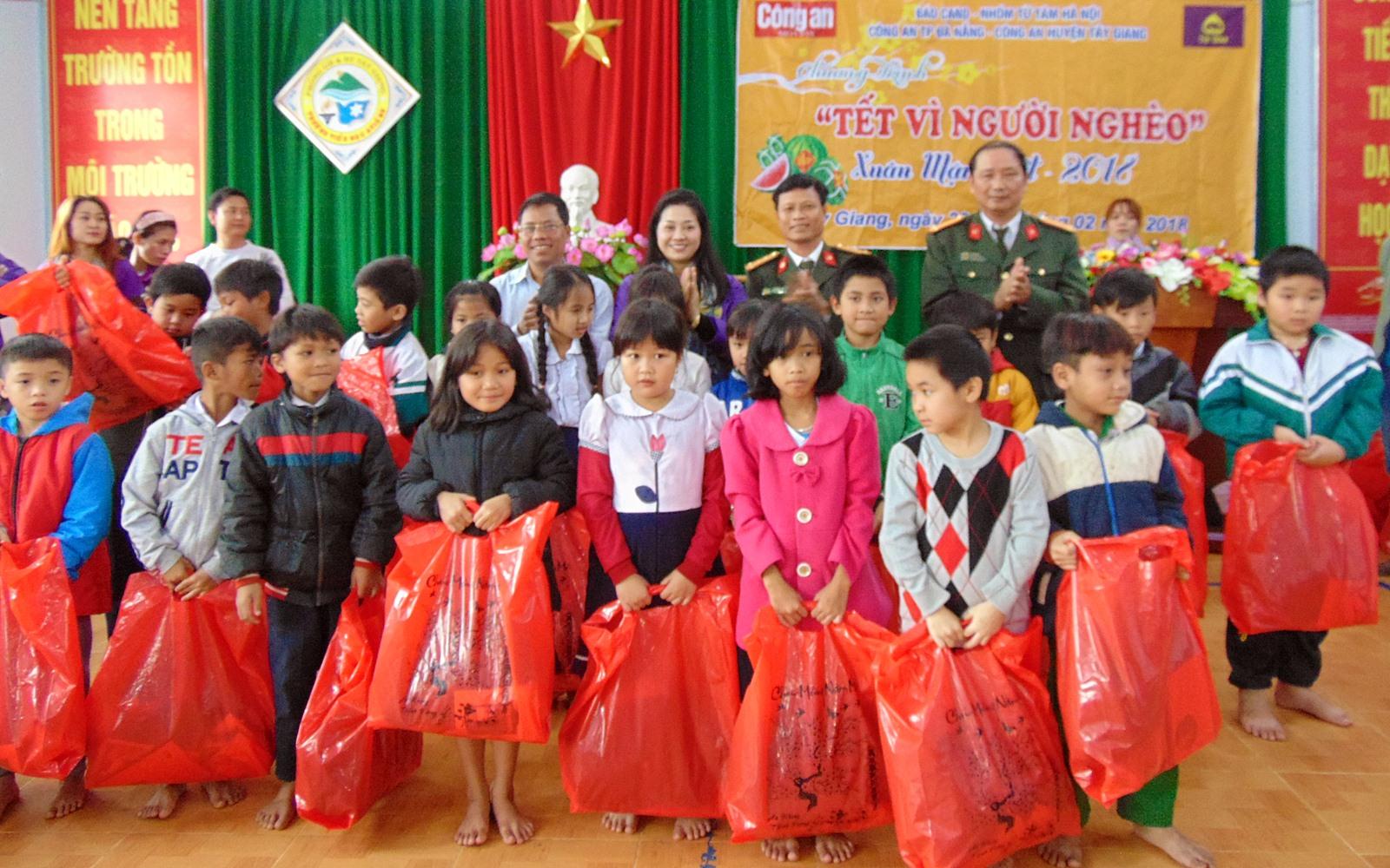 Thêm 500 suất quà đến với học sinh vùng núi Quảng Nam